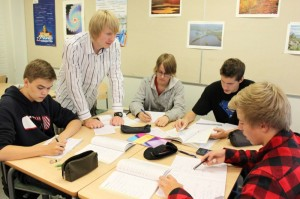 Martinlaakson lukion opiskelijoita sekä opettaja Pekka Peura